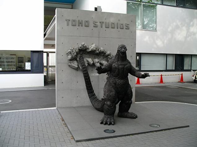 Estátua do Godzilla em frente aos estúdios da Toho, criadora do monstro